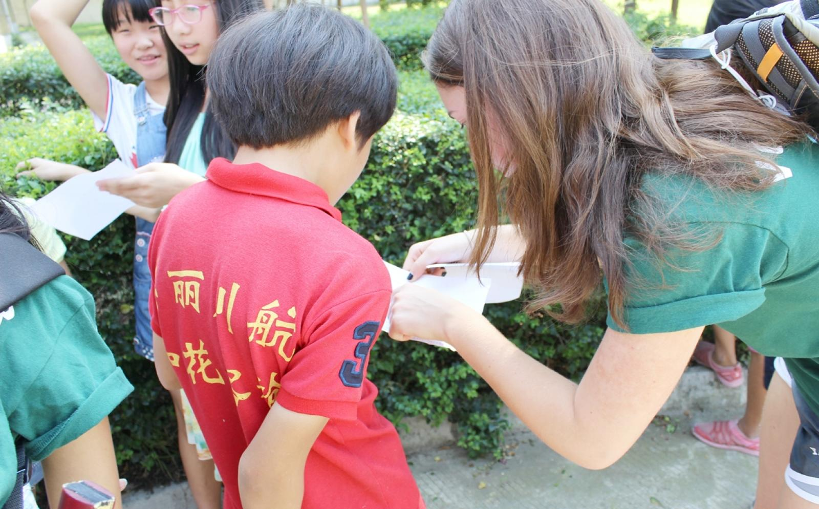 サマーキャンプアクティビティを行う高校生ボランティアと中国の小学生